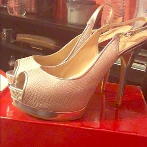 GUESS IVORY AND SILVER LEATHER OPEN TOED HEELS